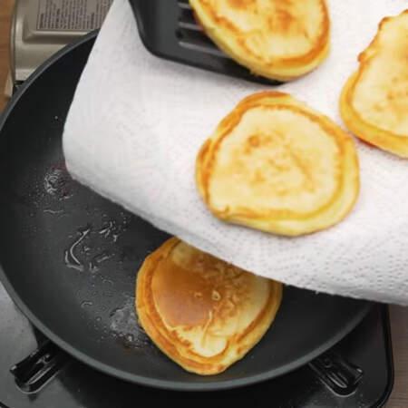 Обжариваем оладьи еще 1 минуту и снимаем со сковороды на бумажное полотенце, чтобы стек лишний жир. Так готовим все оладьи. Вместо клубники можно использовать банан или яблоко.