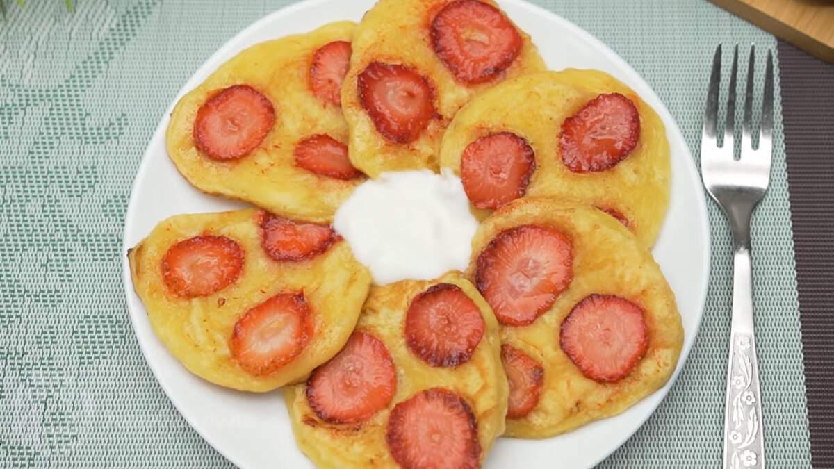 Оладьи с клубникой получились очень вкусными и красивыми. Подавать их можно со сметаной или несладким густым йогуртом, например греческим. Обязательно их приготовьте, это просто и вкусно.
