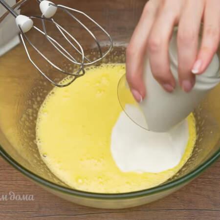 В эту массу наливаем 200 мл несладкого йогурта.