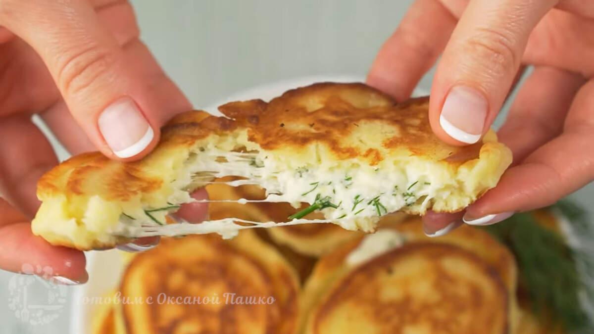 Готовые оладьи подаем на стол горячими. Оладьи с сырной начинкой получились очень вкусные, ароматные и сытные. Нежное тесто и много сырной начинки, это настолько вкусно, что оторваться невозможно.