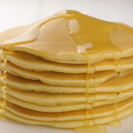 Панкейки подаем на стол с медом,  джемом или сладким соусом.