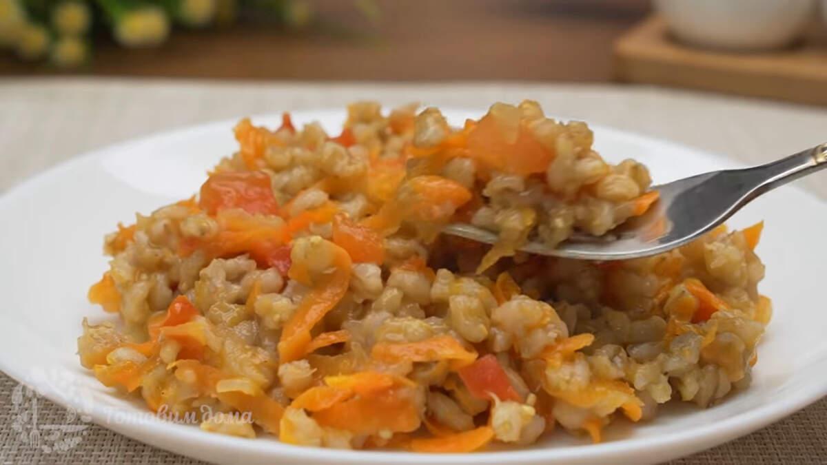 Перловка с овощами получилась очень вкусной и ароматной. Готовится она совсем не сложно. Правильно приготовленная каша, станет любимым блюдом ваших домочадцев.