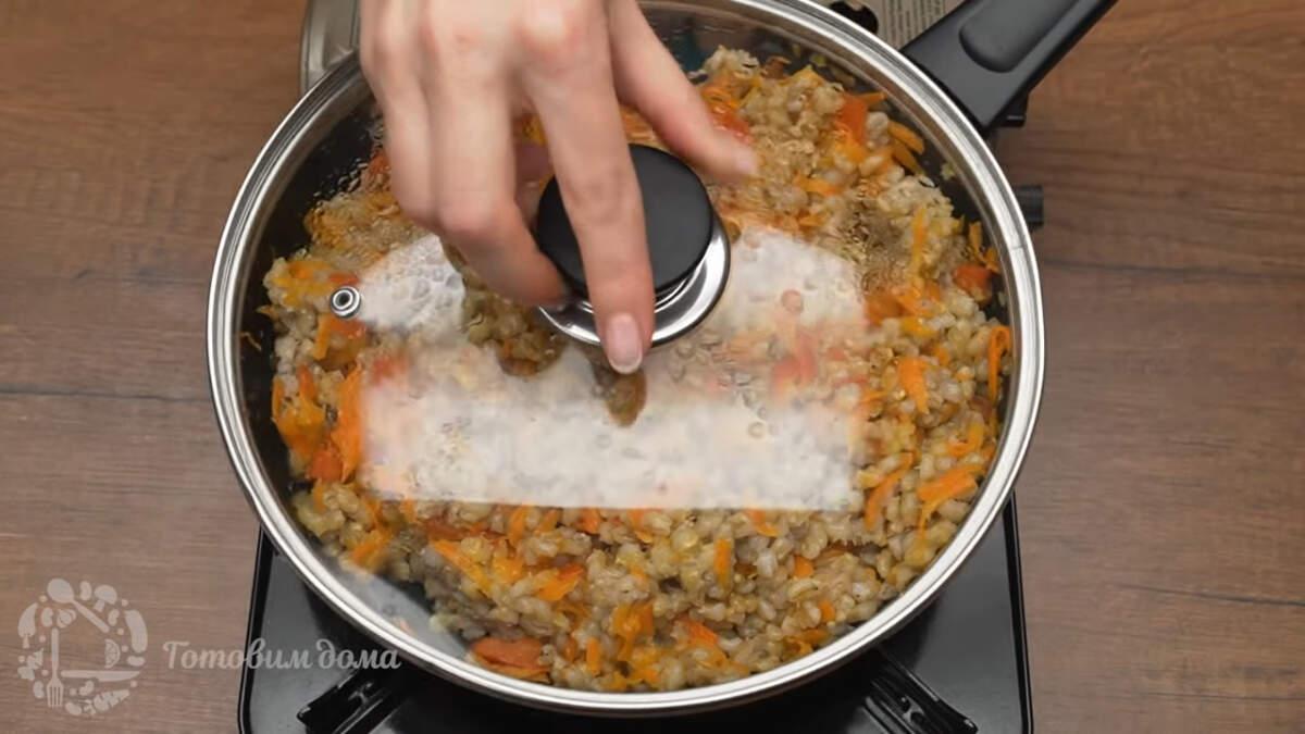 Сковороду накрываем крышкой и тушим еще 2 минуты, чтоб соединились вкусы. Готовое блюдо подаем на стол горячим.