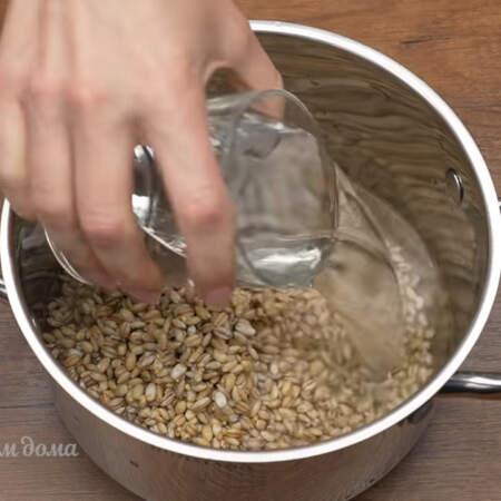 Подготовленную крупу насыпаем в кастрюлю и наливаем 2,5 стакана воды.