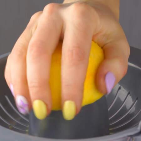 Апельсин разрезаем пополам и выдавливаем сок.