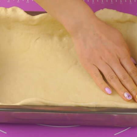 Раскатанным листом теста застилаем дно и бортики формы для выпечки. Размер моей формы 30*22 см.