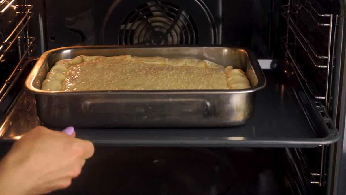 Пирог ставим в разогретую духовку до 180 градусов, выпекаем примерно 45 минут.