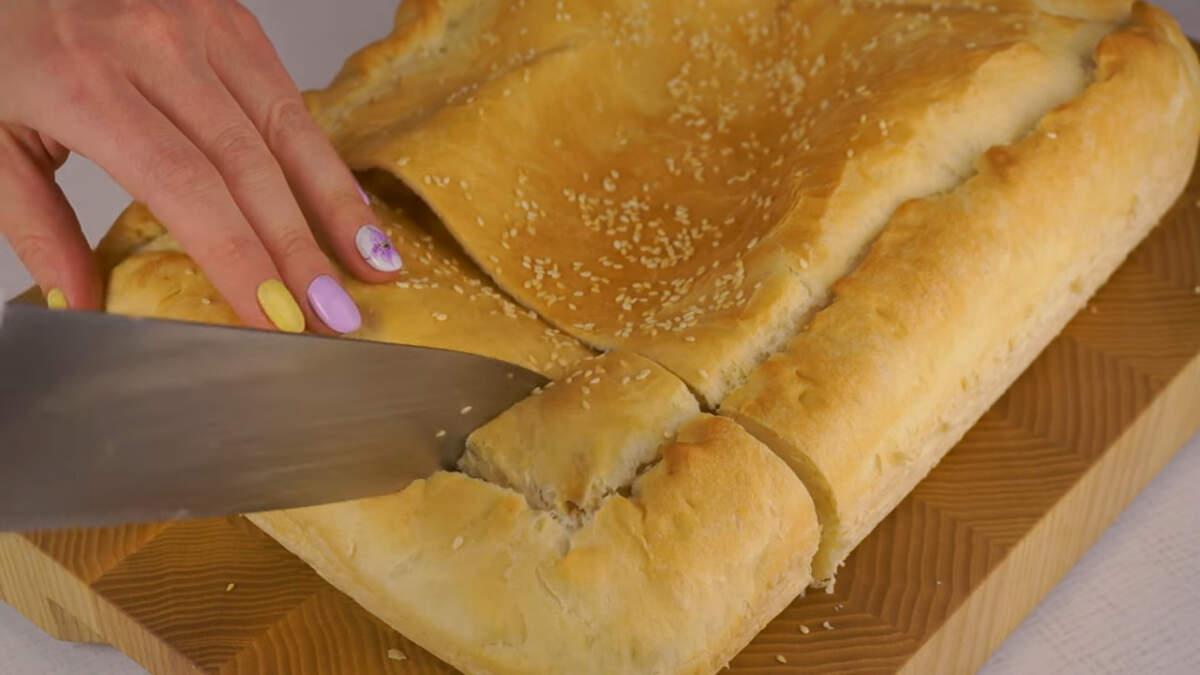 Испеченный пирог обязательно достаем из формы даем ему остыть на деревянной доске или решетке.