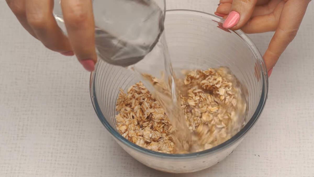 Пол стакана промытых овсяных хлопьев заливаем стаканом холодной воды на 20 минут.