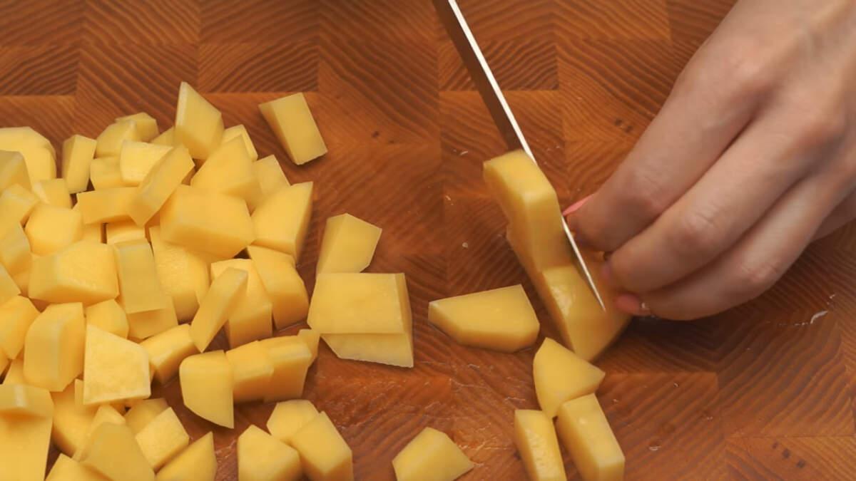 3-4 средних картошки нарезаем кубиками.