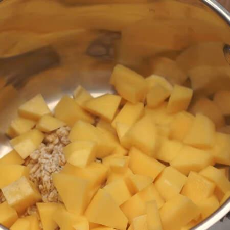 Сюда же кладем нарезанный картофель.