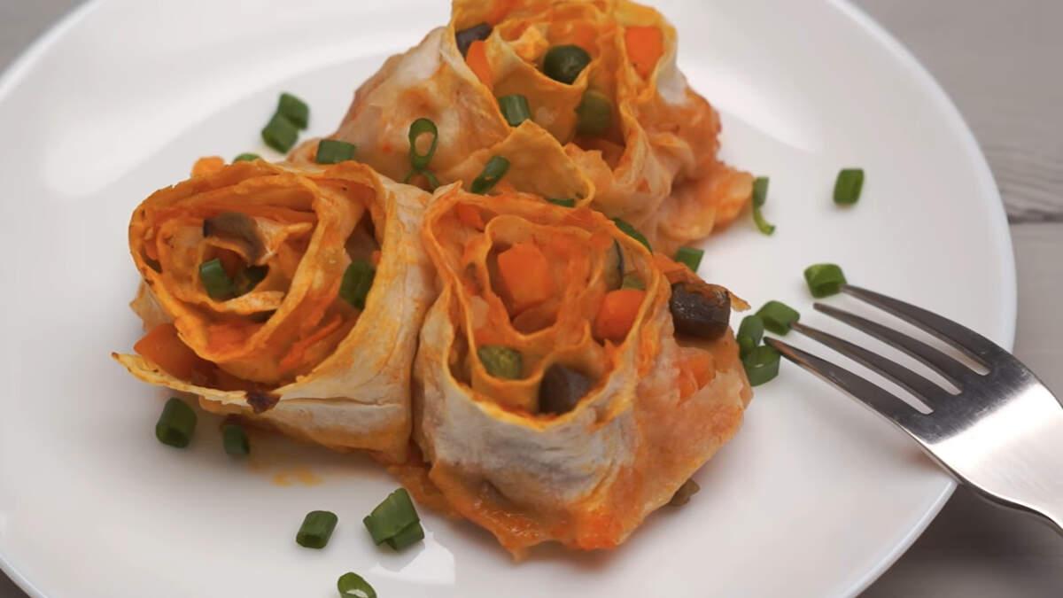 Овощные рулетики получились очень красивыми, вкусными и аппетитными. Обязательно их приготовьте, тем более готовятся они совсем несложно.
