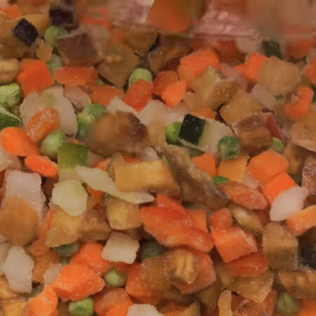 Сюда же в сковороду добавляем пол килограмма смеси из замороженных овощей.