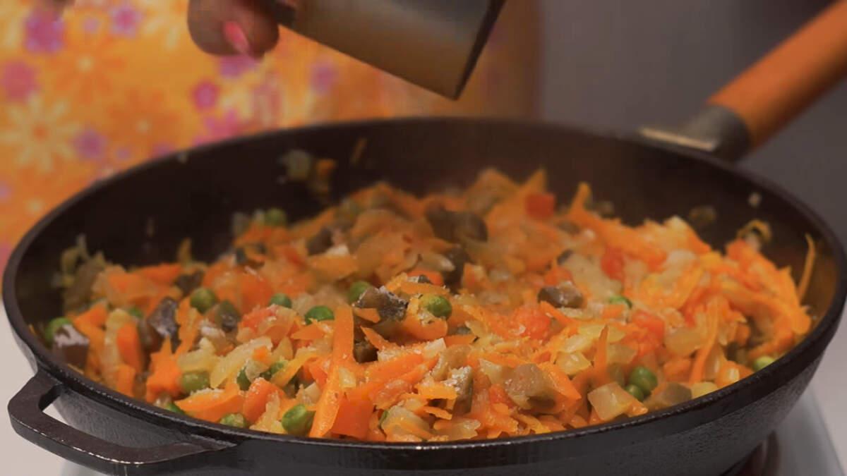 В конце приготовления овощи соли и перчим.  Все перемешиваем и снимаем с огня.