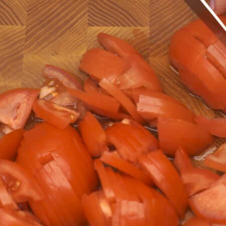 Три свежих помидора нарезаем небольшими пластинками.