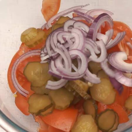 В миску кладем порезанные помидоры, соленые огурцы и лук.