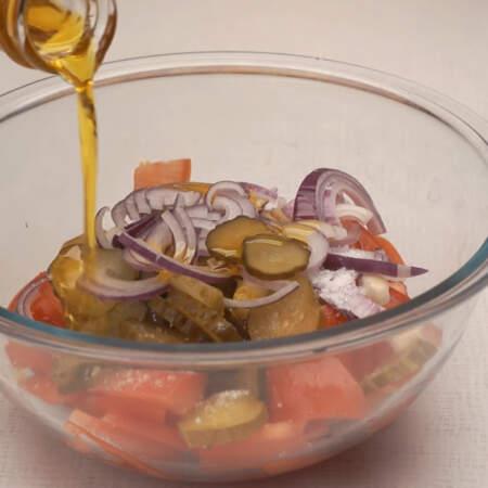 Салат солим по вкусу и заправляем нерафинированным растительным маслом.