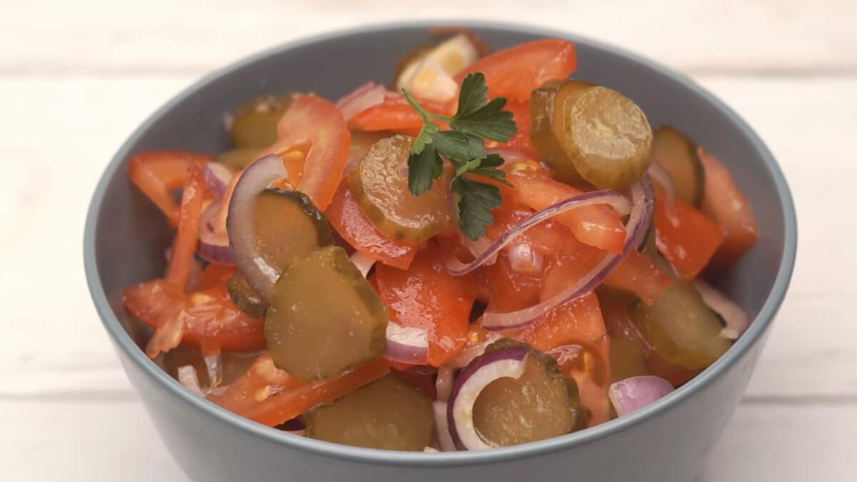 Такой салат со свежими помидорами и солеными огурцами получается необычным и очень вкусным. Готовится такой салат очень просто и быстро, а с тарелки исчезает за считанные минуты!