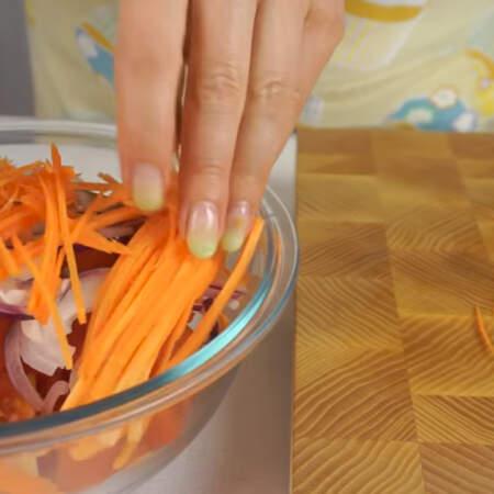 Морковь кладем в миску к нарезанным овощам.