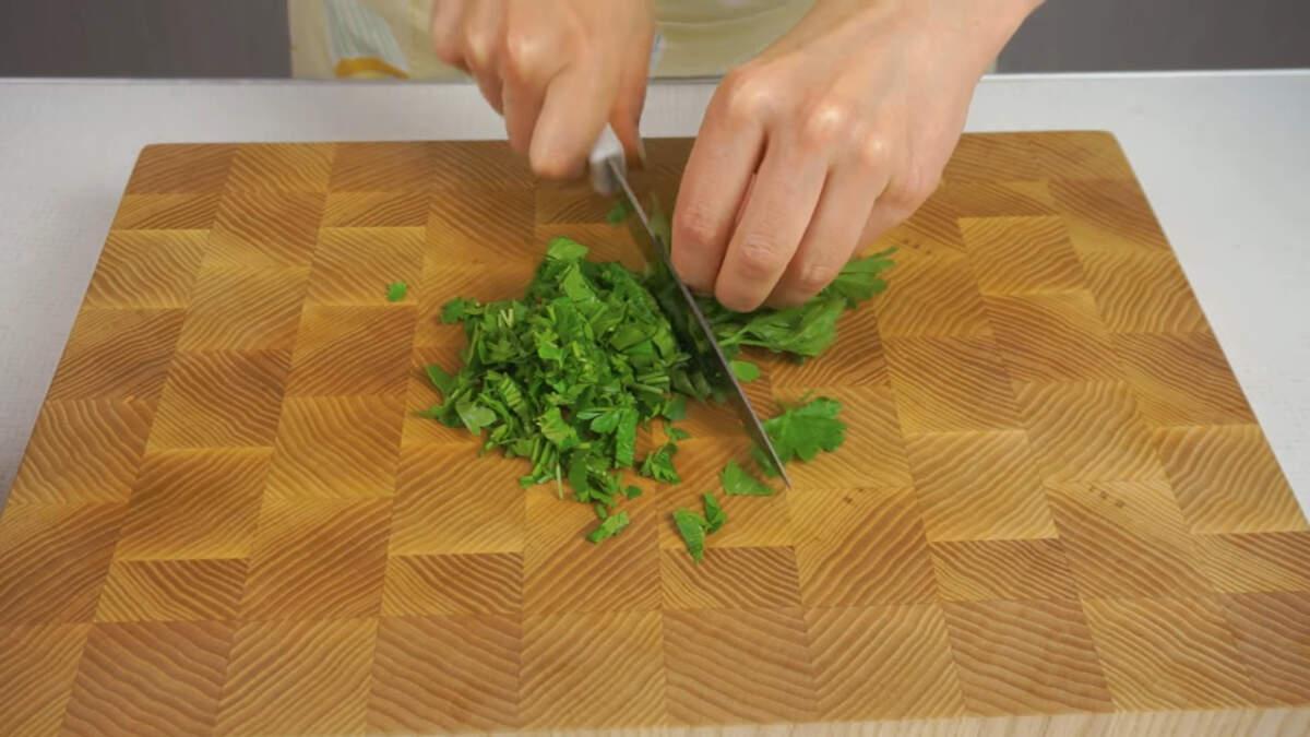 Нарезаем пучок свежей петрушки и тоже добавляем в миску.