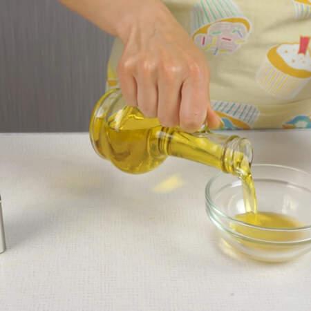 Готовим заправку для салата. Насыпаем 0,5 ч.л. сахара, 0,5 ч. л. соли, наливаем 1 ст. л. уксуса, 2-3 ст.л. растительного масла и черный молотый перец.