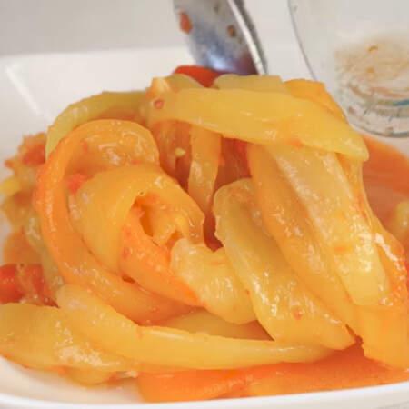 Салат перемешиваем и выкладываем на тарелку, в которой будем подавать его на стол.  Сверху салат украшаем листьями петрушки.