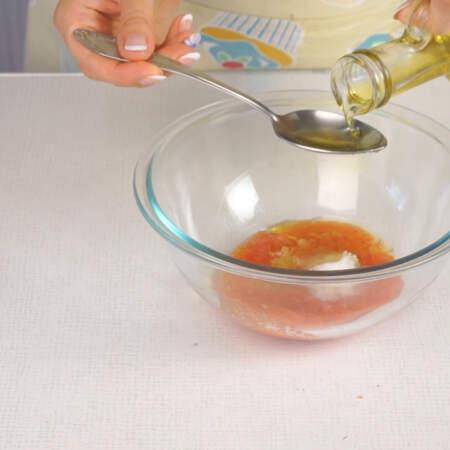 В натертые помидоры выдавливаем чеснок через пресс, добавляем соль и сахар и 2 ст. л. подсолнечного масла.  Все перемешиваем.