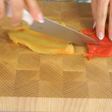 Очищенные перцы нарезаем полосками.