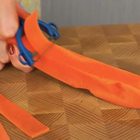 Сначала нарезаем морковные полоски из 1-2 морковок, из них будем делать морковные розочки.