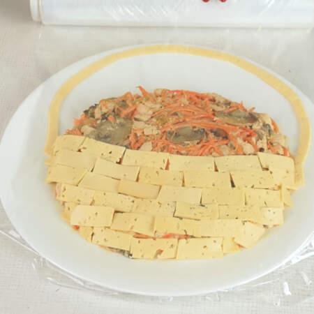 Для того, чтоб не обветривался сыр, салат пока накрываем пищевой пленкой.