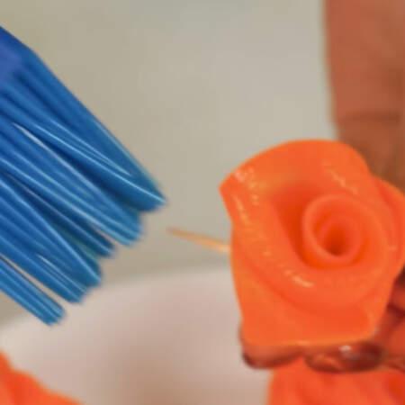 Чтобы морковные розочки не обветривались и не теряли свой вид, смазываем подсолнечным маслом.
