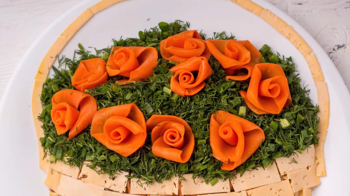 Салат Корзинка с розами получился очень вкусным  и красивым. Такой салат станет приятным сюрпризом для всех девушек за столом.
