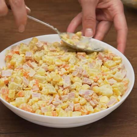 Готовый салат перекладываем в салатник и красиво выравниваем сверху ложкой, при этом делая совсем небольшой бугорок посередине.