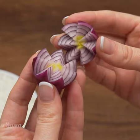 Разъединяем половинки луковицы