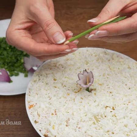 Берем небольшую бамбуковую шпажку и вставляем ее в перышко зеленого лука вот таким образом. Получившийся зеленый стебель вставляем в центр салата.