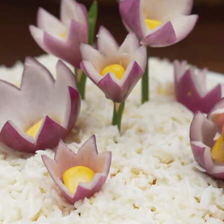 В центр каждого цветка кладем зерна кукурузы.