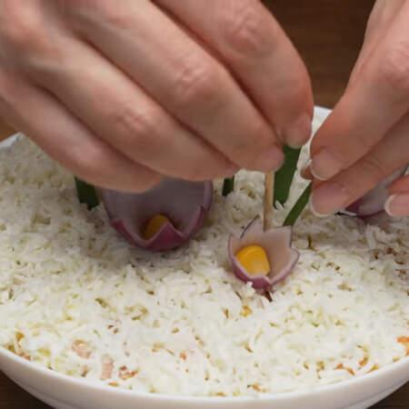 Между цветов в салат вставляем еще 4-5 небольших зеленых луковых перьев.