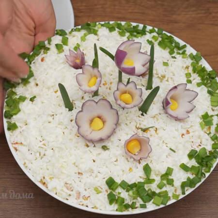 По краю тарелки салат украшаем нарезанным зеленым луком. Салат готов, можно подавать на стол.