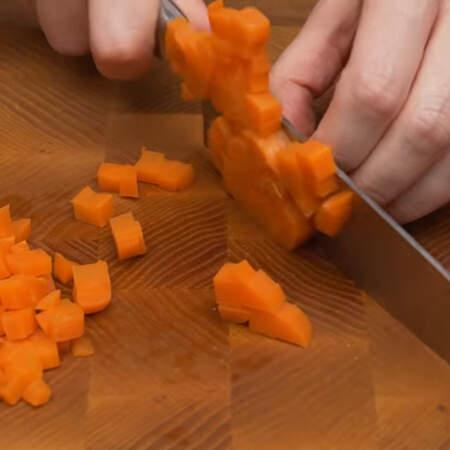 1 вареную морковь тоже нарезаем кубиками.