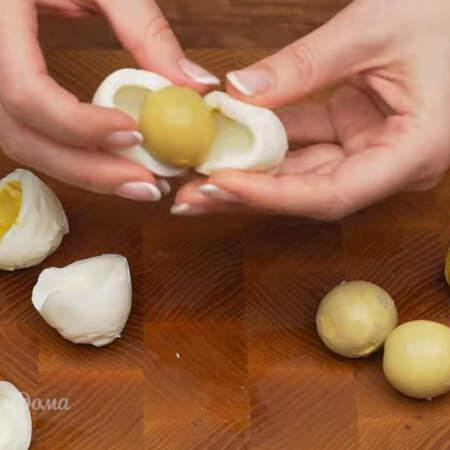4 вареных яйца разделяем на белок и желток.