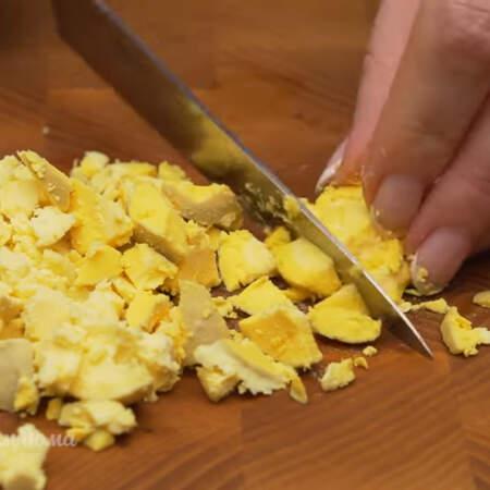 Желтки нарезаем ножом на кусочки.