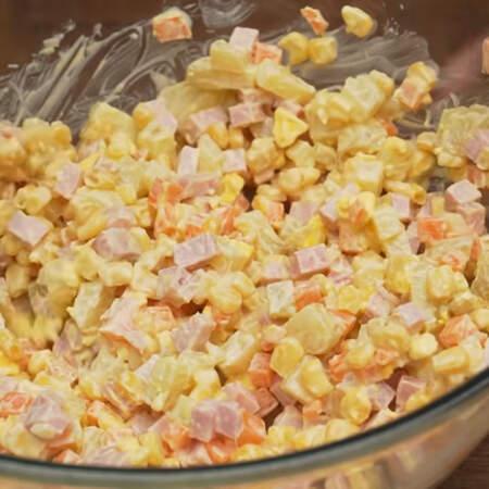 Салат заправляем 2 ст. л. майонеза и перемешиваем. По желанию салат можно еще немного посолить.