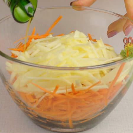В миску кладем морскую капусту, натертую морковь и подготовленные яблоки. Салат заправляем небольшим количеством оливкового масла