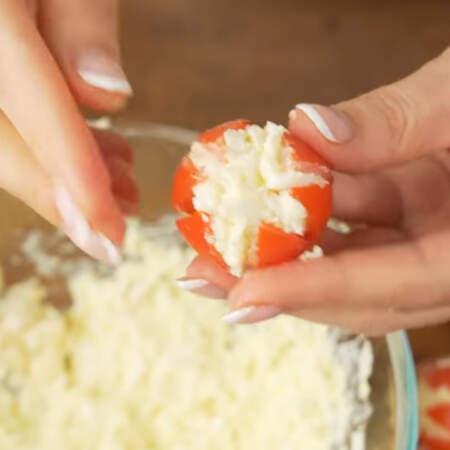 Сначала раскрываем помидор, кладем начинку и закрываем помидор формируя красивый цветок. Так заполняем все помидоры.