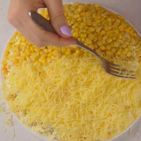 На остальную часть кладем тертый сыр.