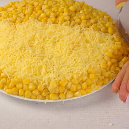 По краю тарелки выкладываем кукурузу.