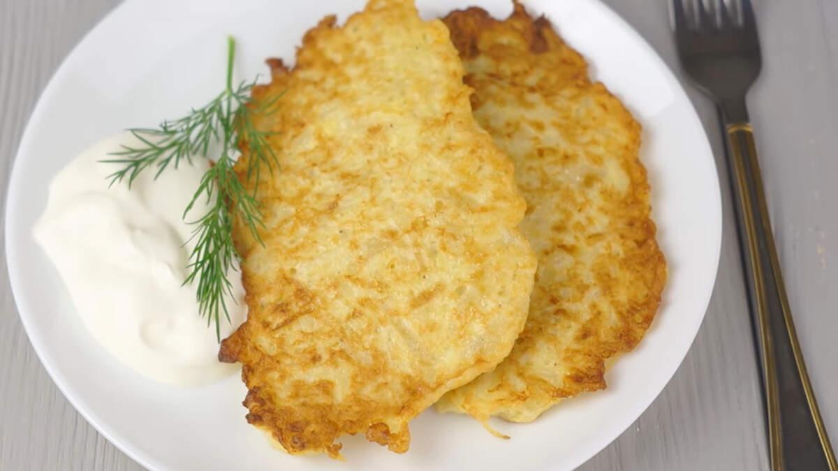 Шницели из капусты подаем на стол в горячем виде со сметаной. Такие шницели получаются очень вкусными и сытными. Это бюджетное по своей стоимости блюдо станет отличным вариантом обеда или ужина.