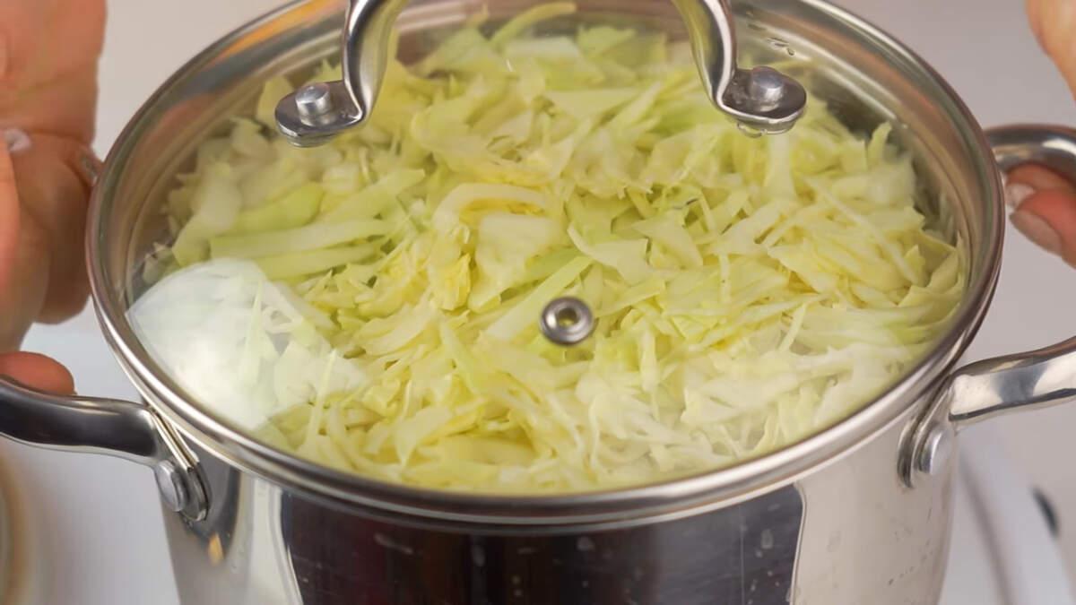 Ставим на огонь и варим примерно 25 минут, до мягкости капусты.