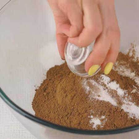 В миске смешиваем муку, какао, разрыхлитель и соль.