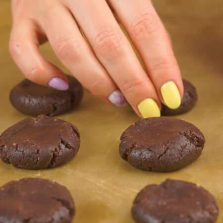 Подготовленное печенье перекладываем на противень застеленный тефлоновой или пергаментной бумагой.